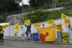 Die Demo-Gruppe vor dem neuen Dienstsitz Villa Clay der Grünen